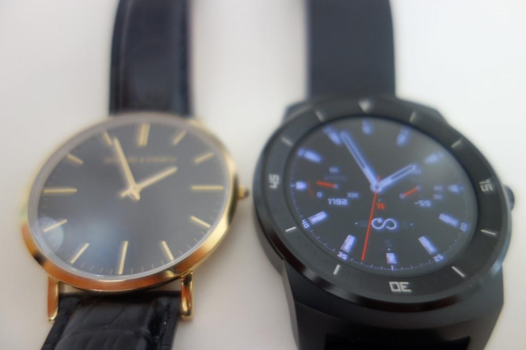 LG G-Watch R (til højre) sammenlignet med et almindeligt ur