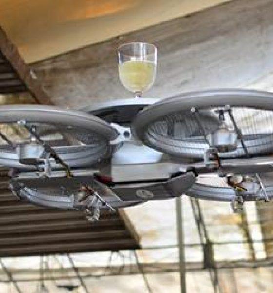 Droner serverer drinks på restaurant
