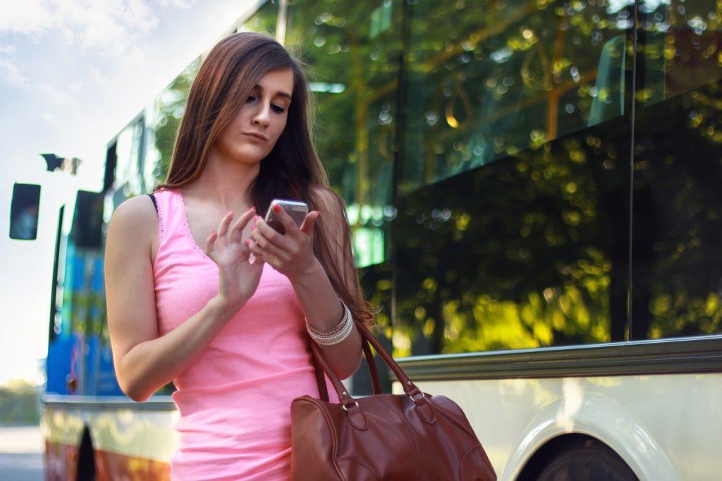 kvinde med mobil ny elektronista