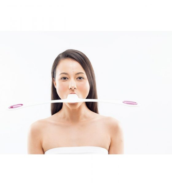 Fjollet fitness-gadget lover stramme ansigtsmuskler