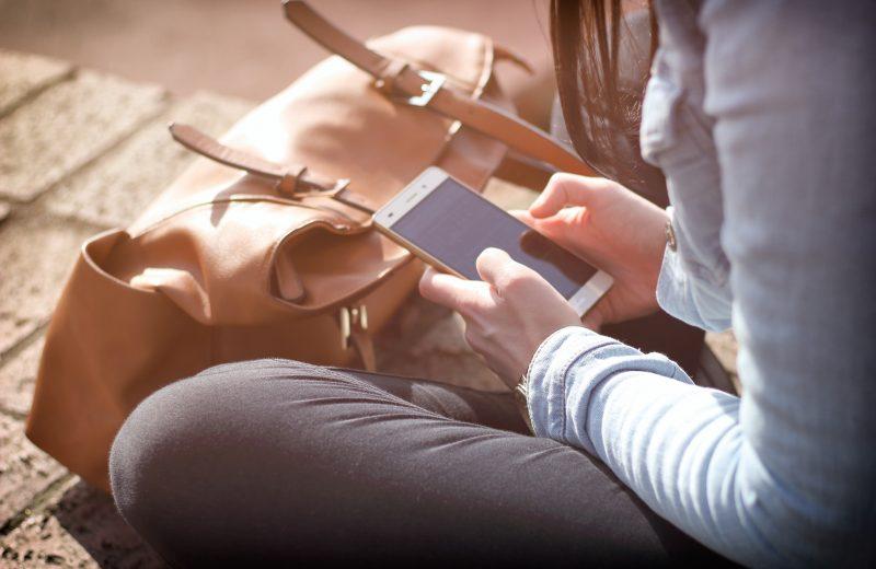 Sådan holder din smartphone strøm på farten og ferien